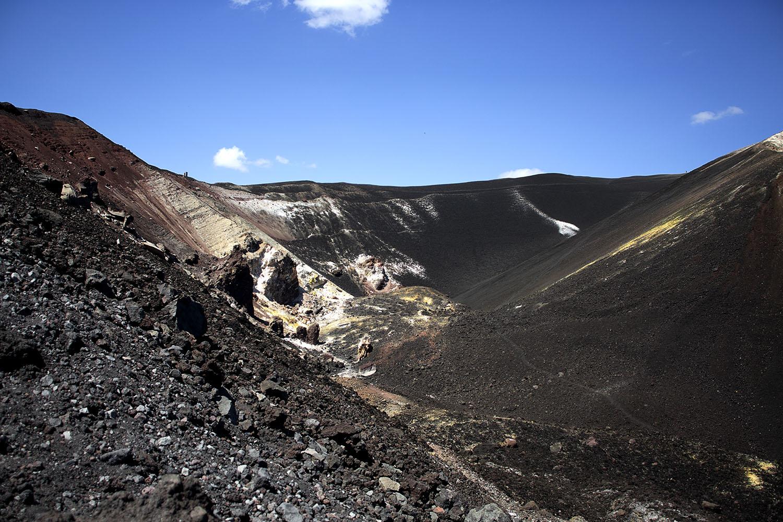 volcano boarding nicaragua; volcano boarding; nicaragua, leon, cerro negro, Quetzaltrekkers, snowboard down a volcano, surfear en un volcan activo